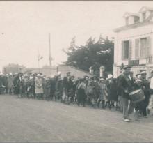 St-Gilles-sur-Vie, quai du port Fidèle, arrivée colonie de vacances.