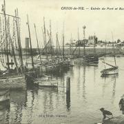 Croix-de-Vie, entrée du port et barques de pêche.