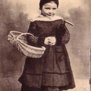 Au pays maraichin, petite paysanne allant à la foire.