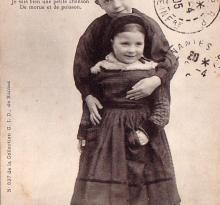 Au pays maraichin, une mignonne fillette et son grand frère.