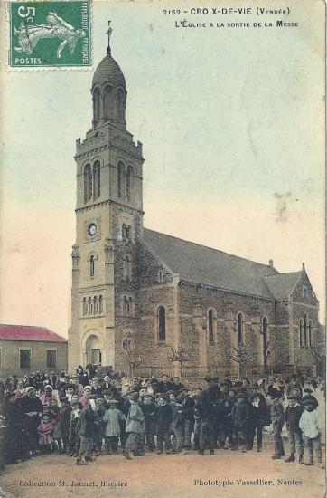 Croix-de-Vie, l'église à la sortie de la messe.