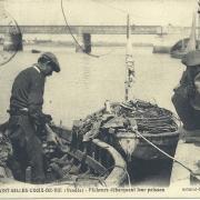 St-Gilles-Croix-de-Vie, pêcheurs débarquant leurs poissons.