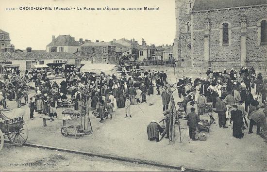Croix-de-Vie, la place de l'église, un jour de marché.