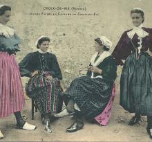 Jeunes filles en costume de Croix-de-Vie.