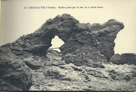 Croix-de-Vie, rocher percé par la mer.