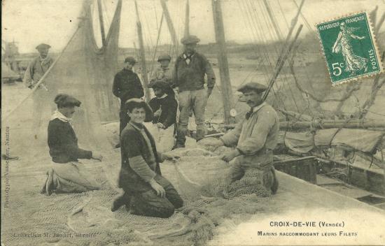 Croix-de-Vie, marins raccommodant leurs filets.