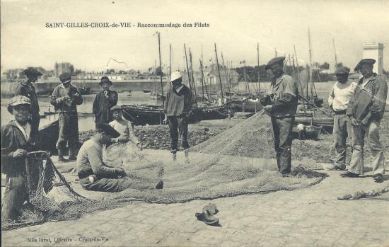 St-Gilles-Croix-de-Vie, le raccommodage des filets.