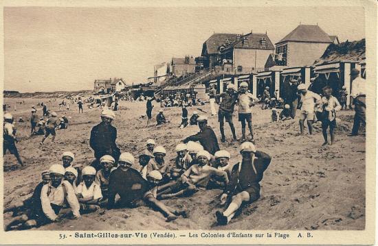 St-Gilles-sur-Vie, une colonie d'enfants sur la plage.