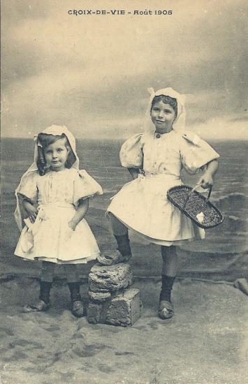 Croix-de-Vie, enfants avec costume du pays.