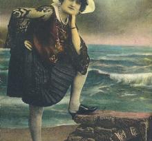 St-Gilles-Croix-de-Vie, jeune fille en costume local.