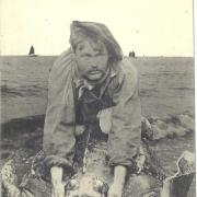 St-Gilles-Croix-de-Vie, énorme tortue de mer pêchée vivante en 1913.