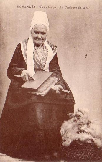 Vendée, vieux temps, la cardeuse de laine.