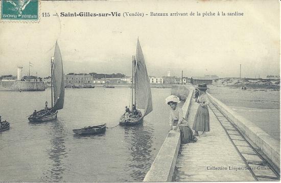 St-Gilles-sur-Vie, bateaux arrivant de la pêche à la sardine.