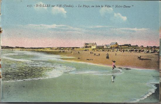 St-Gilles-sur-Vie, la plage au loin la villa notre-Dame.