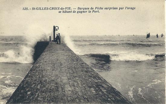 St-Gilles-Croix-de-Vie, barques de pêche surprises par l'orage.