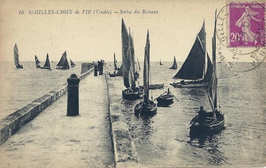 St-Gilles-Croix-de-Vie, bateaux sortant du port.