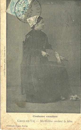 Croix-de-Vie, maraichine cardant la laine.