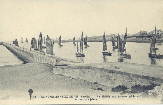 St-Gilles-Croix-de-Vie, la flotille sortant du port.