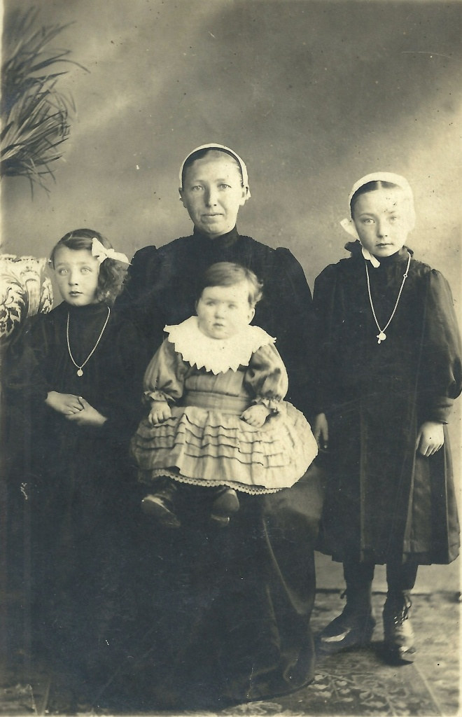St-Gilles-sur-Vie, mon arrière grd-mère et ses 3 filles.