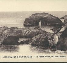 Croix-de-Vie à Sion, la roche percée, vue des falaises.