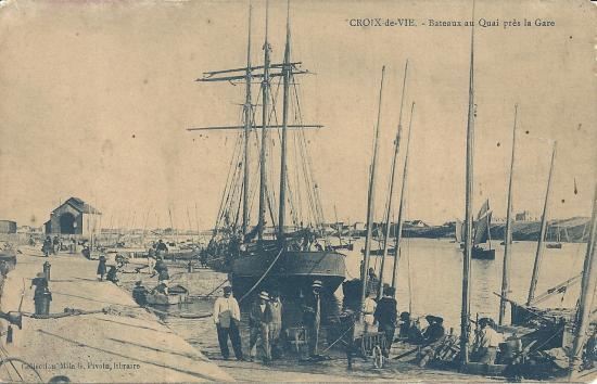 Bateaux au quai près de la gare.