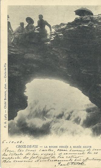 Croix-de-Vie, la roche percée à marée haute.