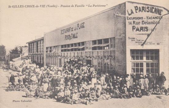 """St-Gilles-sur-Vie, avenue de la plage """"La Parisienne""""."""