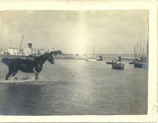 St-Gilles-sur-Vie, un cavalier et son cheval dans le port.