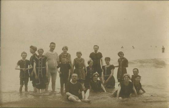 Saint-Gilles-sur-Vie, les baigneurs sur la plage.