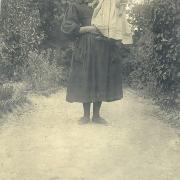 Enfant avec une servante de St-Gilles-sur-Vie.