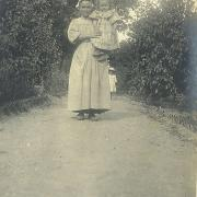 St-Gilles-sur-Vie, enfant avec une autre servante.