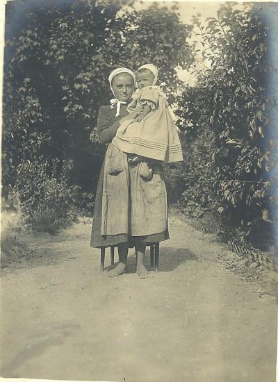 St-Gilles-sur-Vie, servante et enfant.