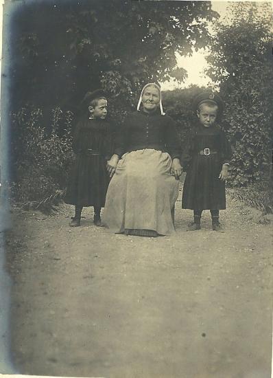 St-Gilles-sur-Vie, vieille servante et enfants.