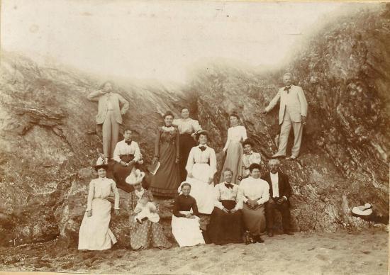 Croix-de-Vie, photo de famille à la plage en 1900.
