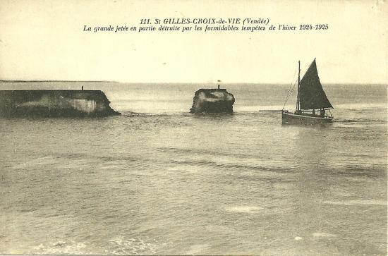 St-Gilles-Croix-de-Vie, la jetée en partie détruite.