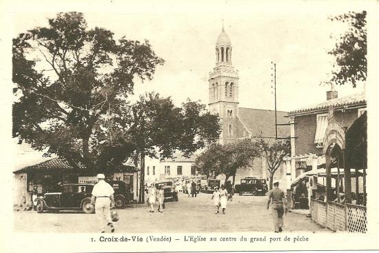 Croix-de-Vie, l'église au centre du grand port de pêche.