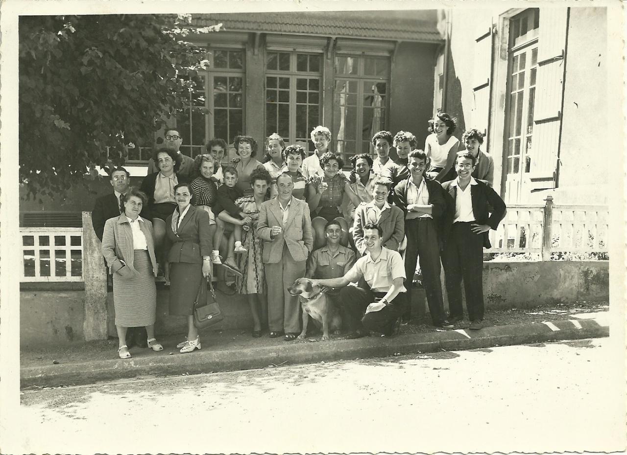 St-Gilles-sur-Vie, personnel encadrant colonie du vieux château, 1954.