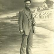St-Gilles-sur-Vie, mon grand-père avec faux décor de la plage.