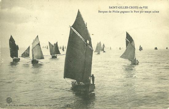 St-Gilles-Croix-de-Vie, barques de pêche gagnant le port.