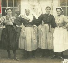 Croix-de-Vie, femmes en costume.