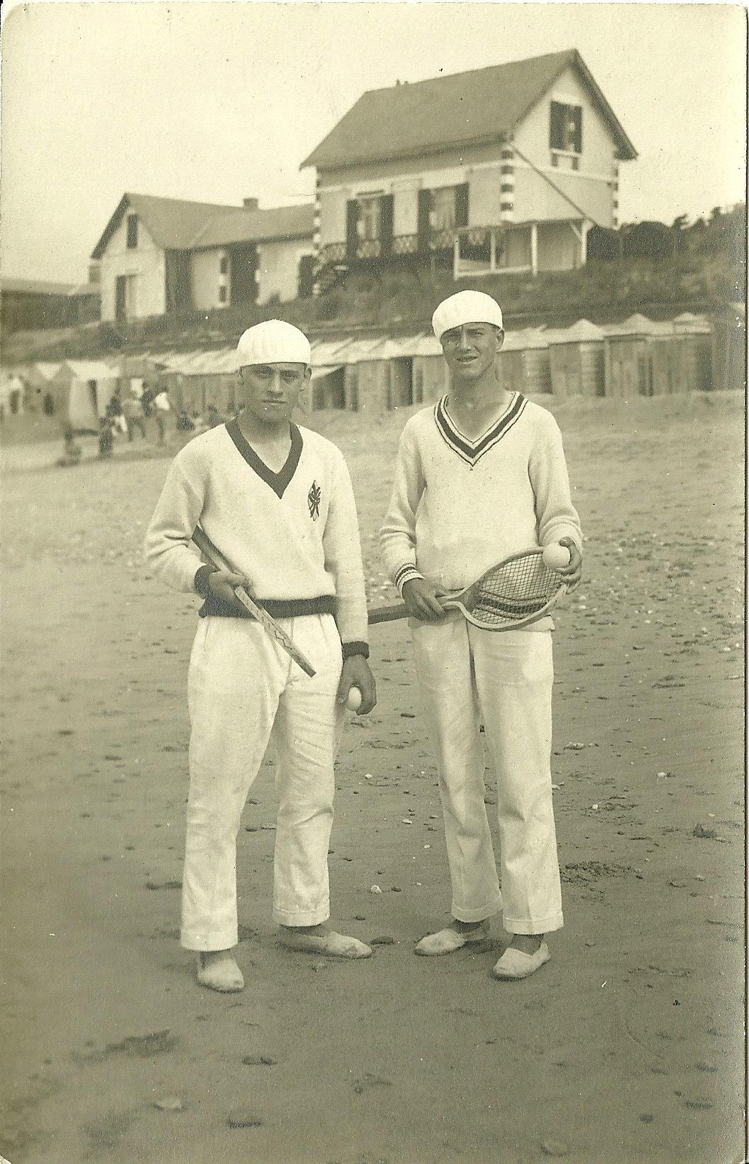 Saint-Gilles-sur-Vie, deux tennismans sur la plage.