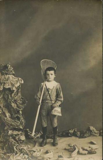 Croix-de-Vie, enfant qui pose devant l'objectif de Mme Boutain.