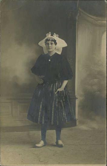 Croix-de-Vie, femme avec le costume local.