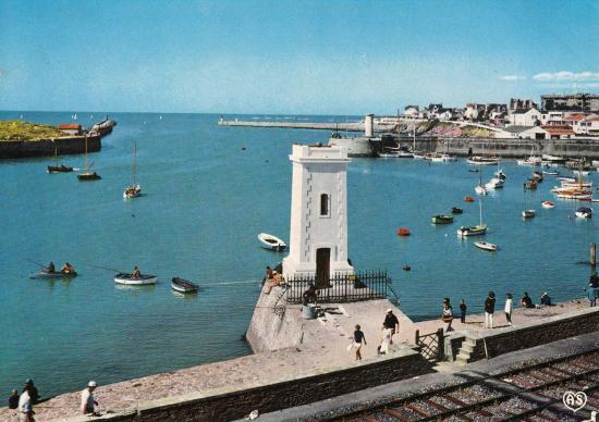 St gilles croix de vie le phare et l 39 entr e du port for Monsieur bricolage saint gilles croix de vie