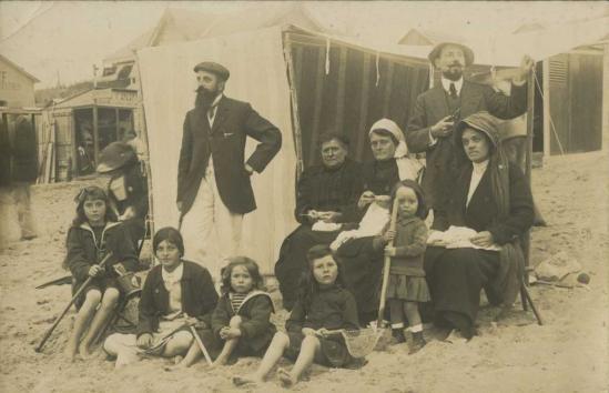 Saint-Gilles-sur-Vie, une famille à la plage.