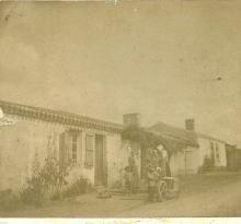 St-Gilles-sur-Vie, famille vendéenne devant leur maison.